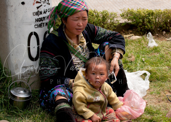 VIETNAM Sapa: Mother and child.